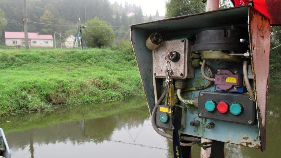 Provoz prámu dnes zajišťuje elektrický proud