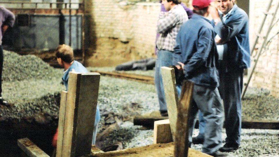 Náhrobní kámen je přiraven na cestu do předsíně kostela