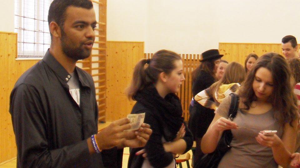 Urostlý Egypťan Omar je teď idolem dívčích srdcí na obchodní akademii v Českých Budějovicích