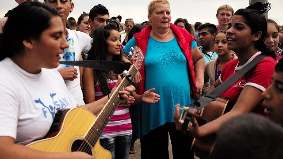 Projekt Idy Kelarové Romano Drom už dvě desetiletí léto co léto dopřává romským dětem pocit hrdosti na vlastní tradici a původ