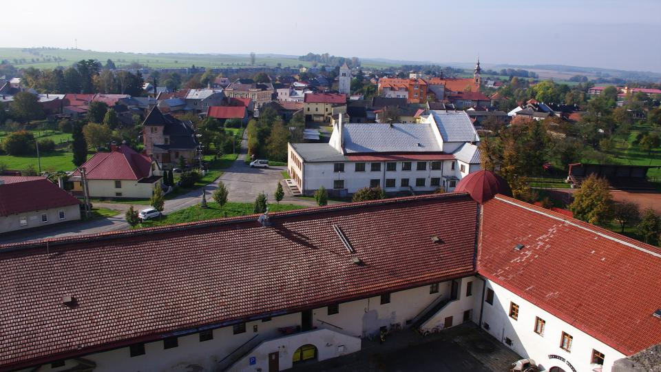Pohled z veže zámku na předzámčí  a část města