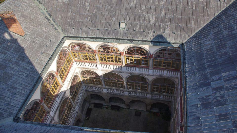 Uvnitř nádvoří zámku se skrývají arkády, dnes už zasklené