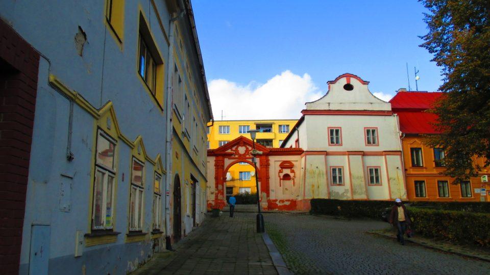 Náměstí s netradičním pohledem zámeckou bránou