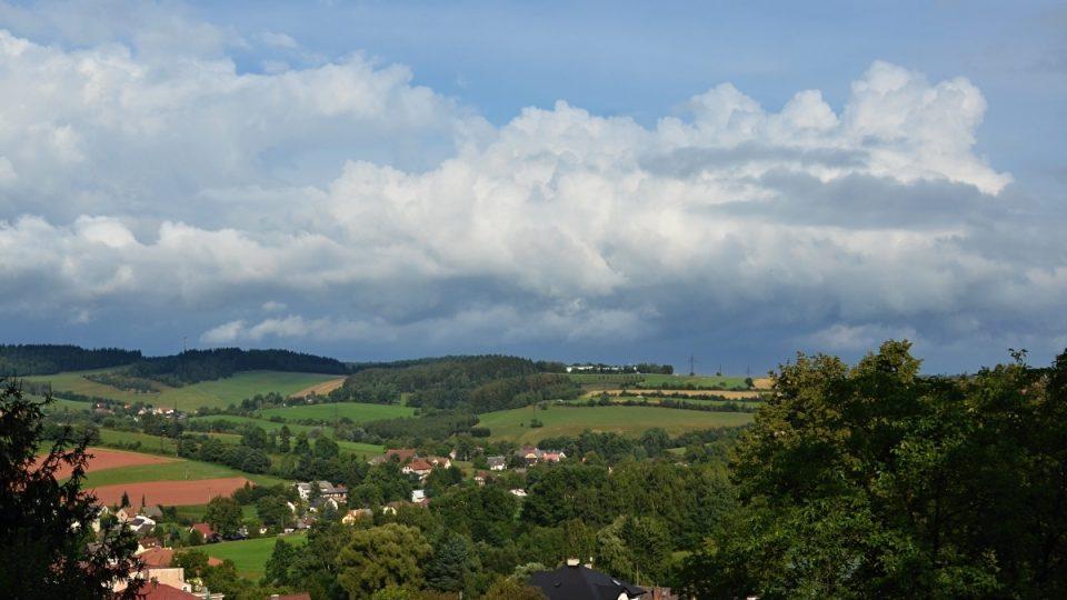 Výhled z hradu Pecka na Podkrkonoší