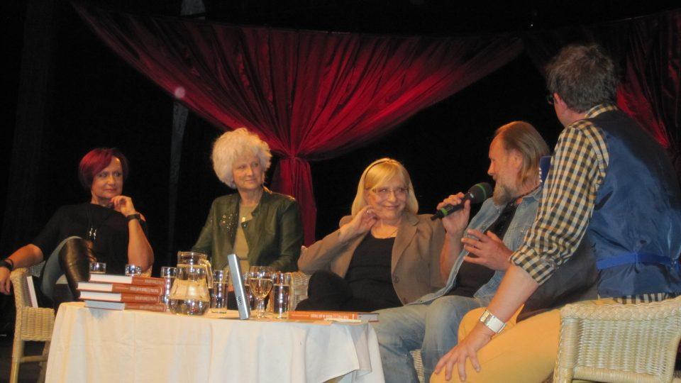 Své zážitky přidali i přátelé a spolupracovníci Michal Pavlata, Jiří Škorpík, Petra Janů a Lešek Semelka.