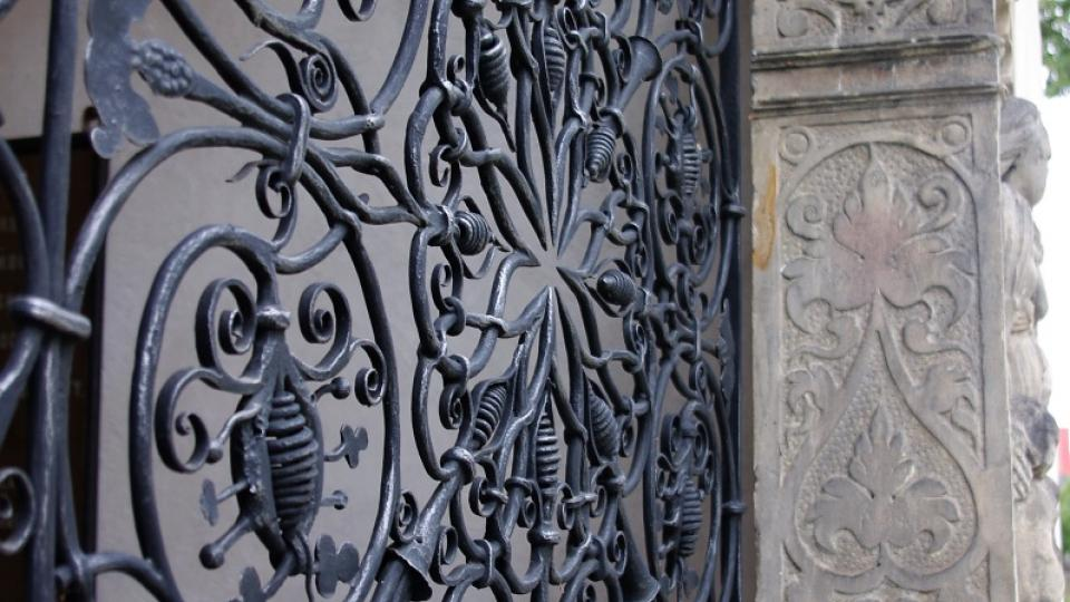Renesanční ručně kovaná mříž se stala vzolem pro pseudorenesanční mříž kostela sv. Štepána v Budapešti