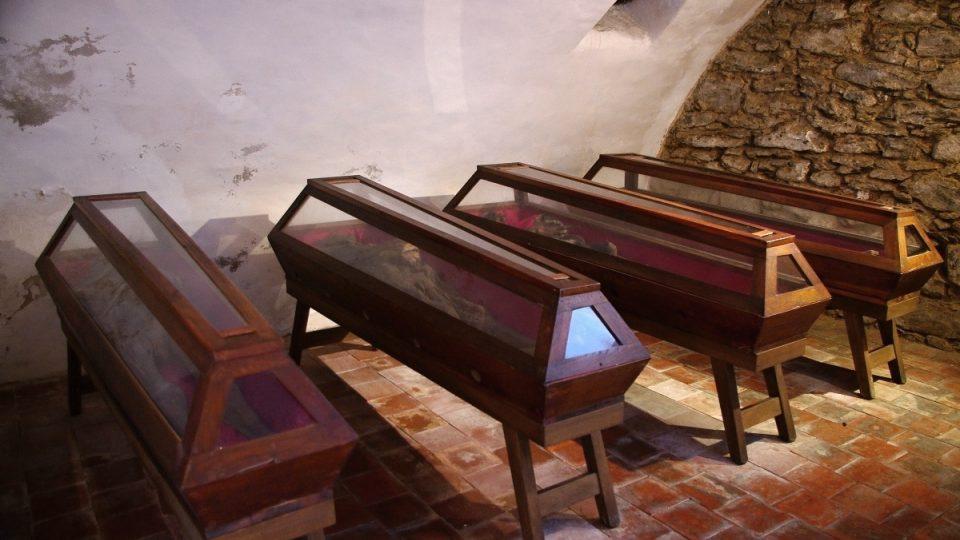 V kryptě leží ostatky příslušníků zemanské rodiny již od 17. století