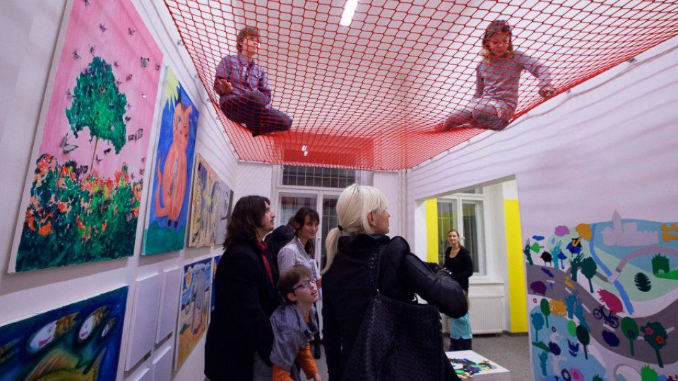 V galerii mohou děti hodnotit umění i pohledem z výšky