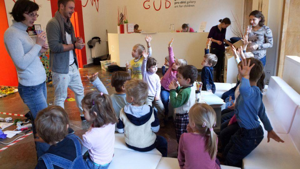 V Galerii umění pro děti malé návštěvníky vítá kreativní ředitel Jan Šimr