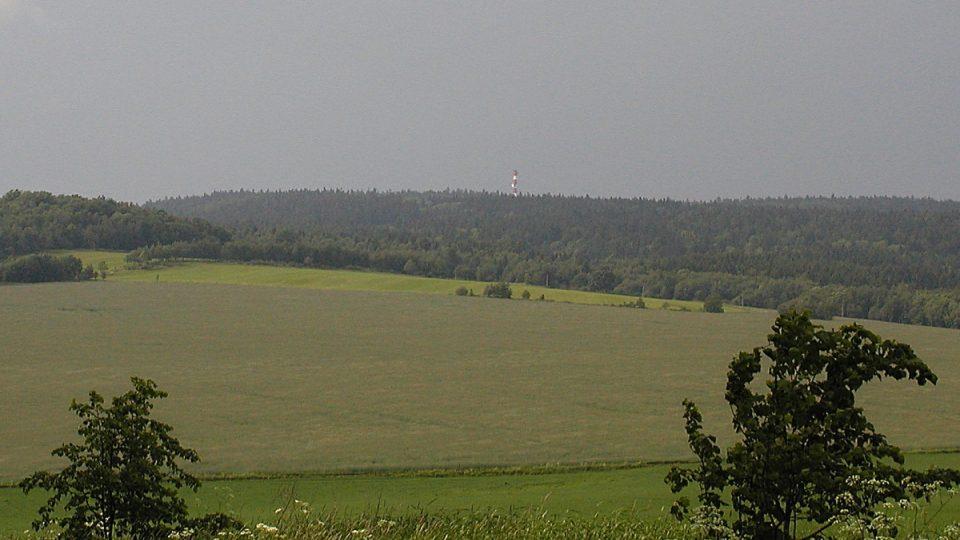 Vrchol Slunečné při pohledu od Moravského Berouna prozradí jen vysílač