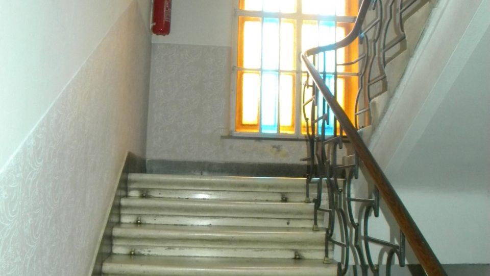 Mramorové schodiště, okna jsou původní
