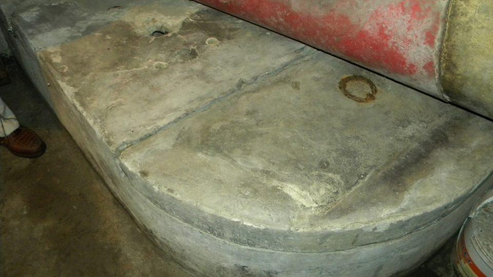 V suterénu je 8 m hluboká studna