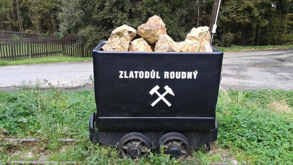 Důlní vozík na začátku naučné stezky Roudný