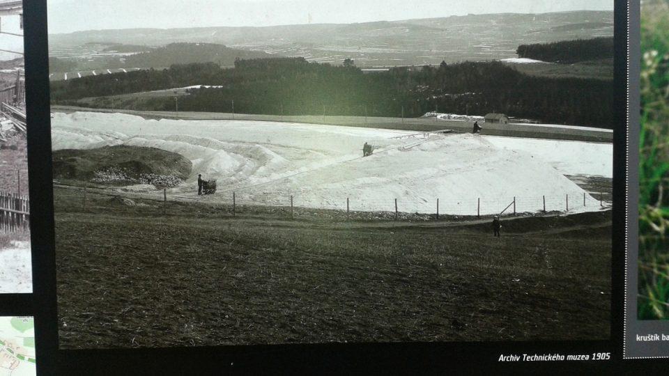 Historická fotografie u bývalých kalojemů. Původně byl vyvážený písek takto bílý