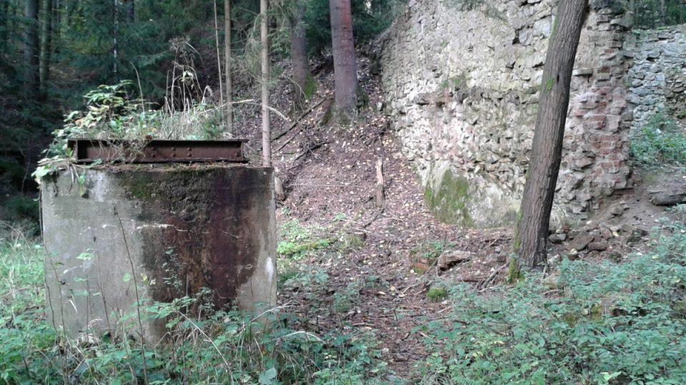Zbytky louhovny a starý sloup od lanovky převážející zlatonosnou horninu k louhování
