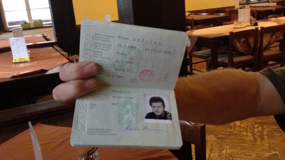 Ludvík Zifčák ukazuje pas na jméno Milan Růžička se svojí fotografií