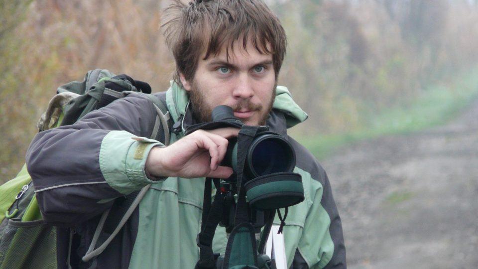 Jeden z pozorovatelů na ornitologické exkurzi
