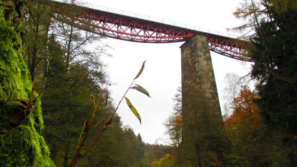 Červená barva mostu sluší