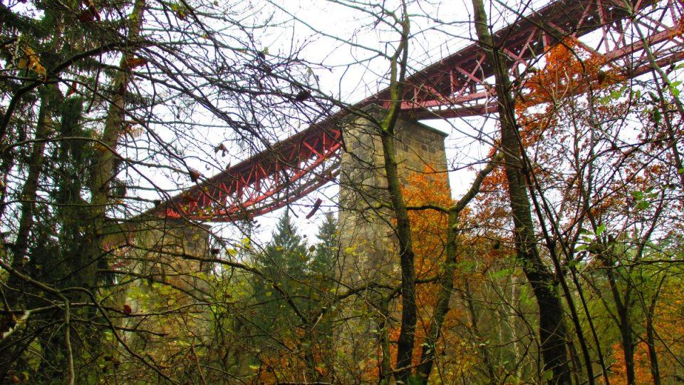 Dnes most trochu schovávají stromy