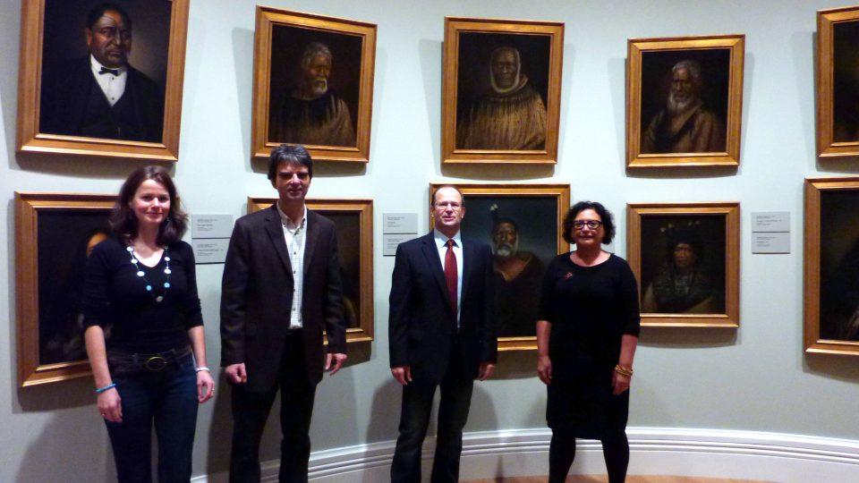 Lindauerovy obrazy v Auckland Art Gallery - zprava kurátorka maorského umění Ngahiraka Mason, Roman Musil, Aleš Filip a Eva Reitspiesová