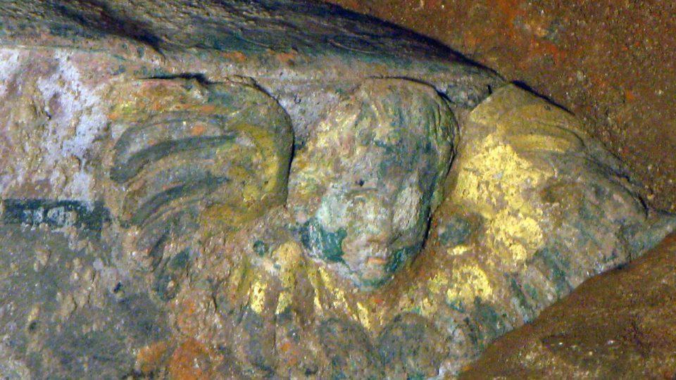 Detail anděla s křídly na čele rakve