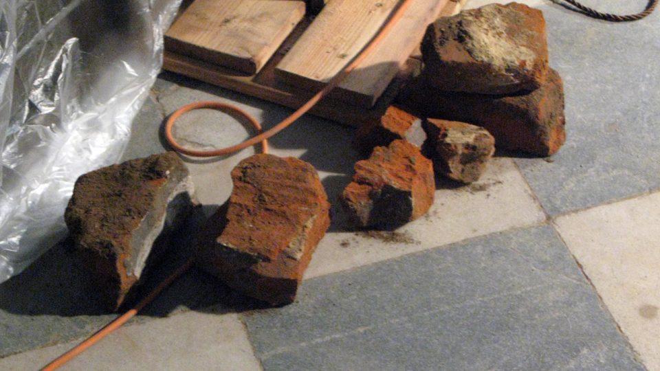 V průběhu odkrývání sondy byly nacházeny také cihly se zbytky polychromie, které dříve tvořili klenbu hrobky.