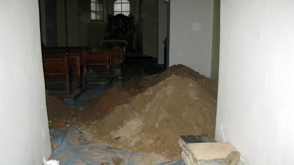 ...ale po kýblech z ní bylo vynošeno až neuvěřitelné množství zeminy. Další hromady jsou za rohem i před lavicemi.