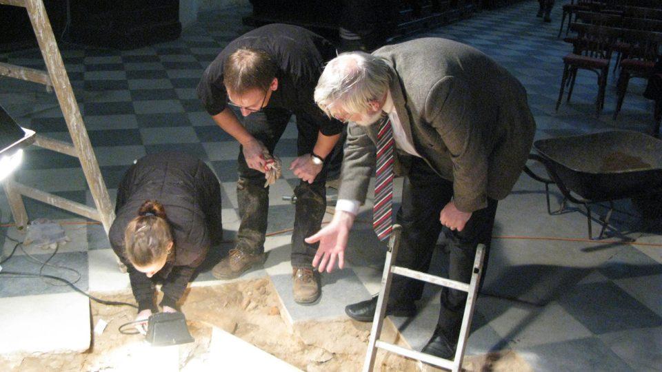 Michal Zezula a Karel Müller diskutují o právě nalezené malované rakvi v kostele sv. Ducha v Opavě