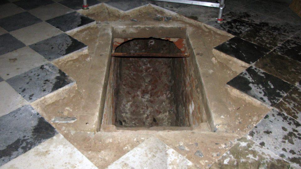 Vstup do nezasypané krypty v kostele sv. Ducha v Opavě