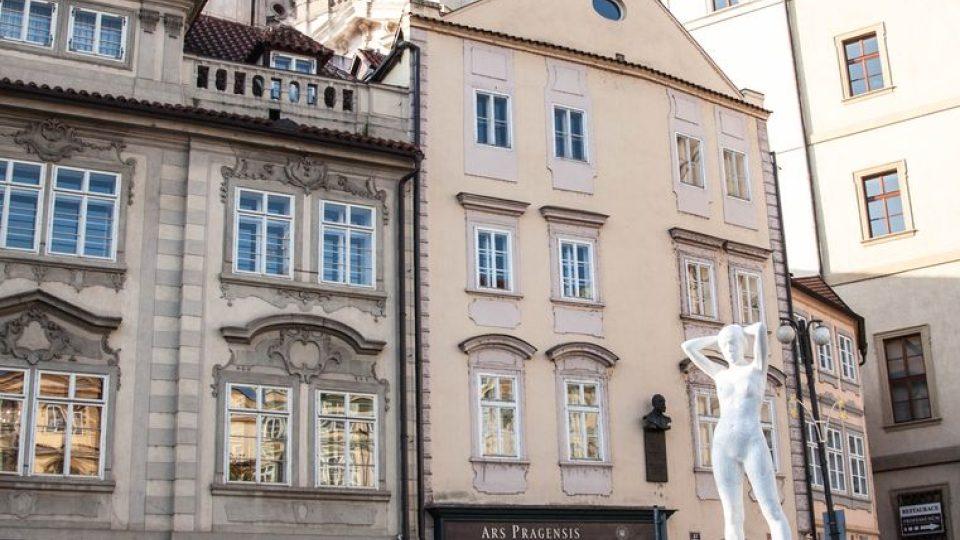 Z pražské Malostranského náměstí se na celý den stala galerie. Mladí umělci vystavili sochy na auta