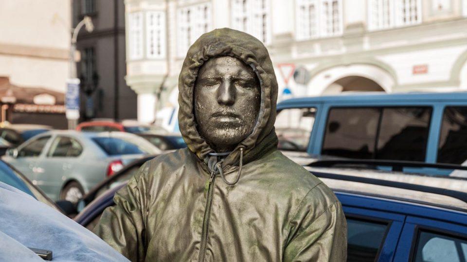 Jedenáct mladých umělců postavilo na střechy svých automobilů různé sochy a plastiky