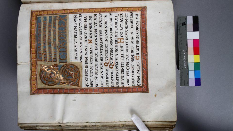 Restaurovaná strana Vyšehradského kodexu, kde můžete najít mikroskopem zvětšené místo