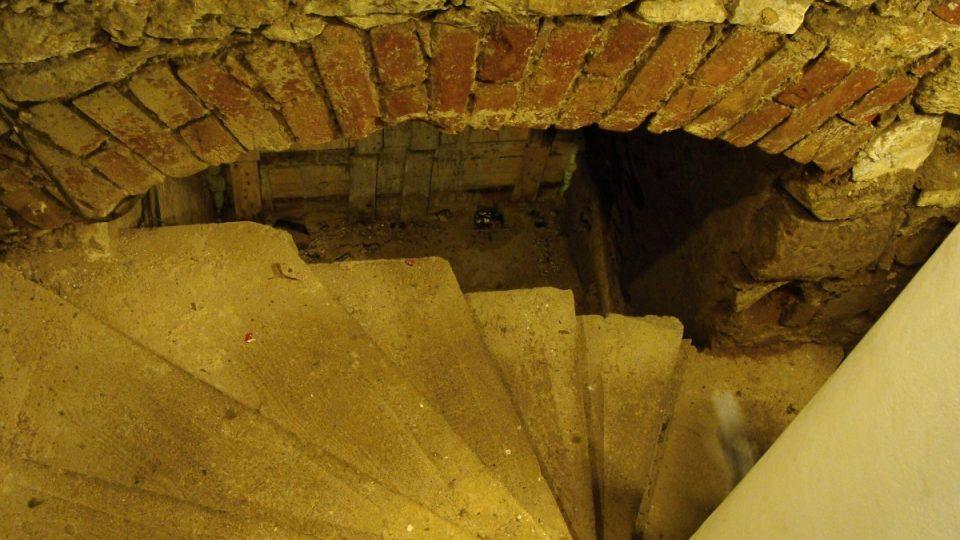 Do sklepení vede točité schodiště