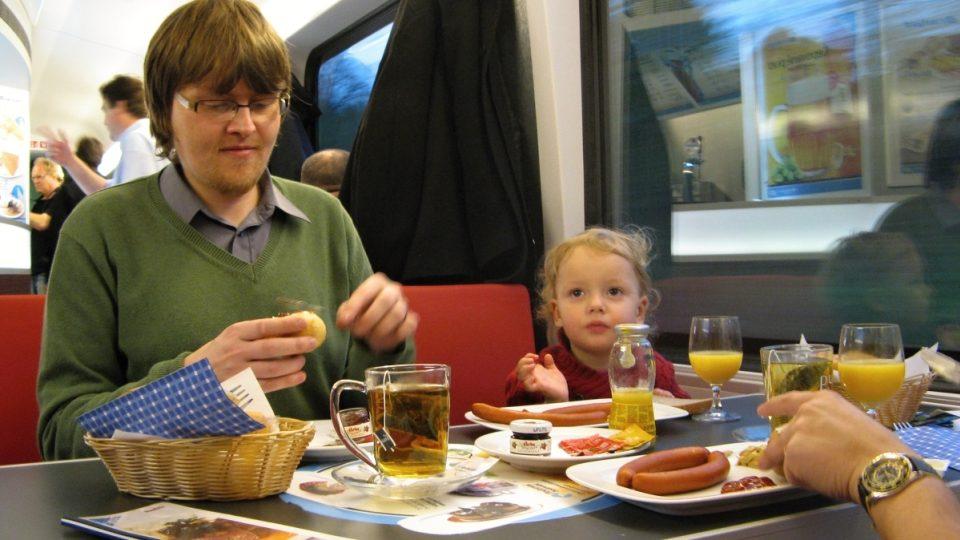 Strávníci ve vlaku