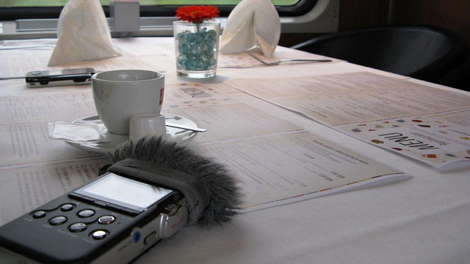 Při natáčení ve vlaku