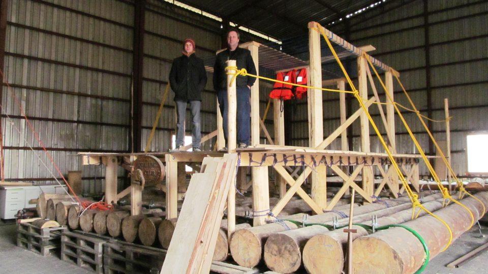 Jan Kára (vlevo) staví vor, na kterém chce s kamarády doplout z Portugalska do Mexika