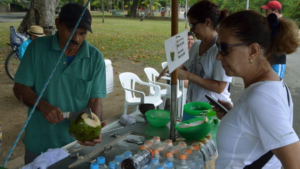 Když je dopito, kokos se rozsekne, aby se získala chutná dužnina