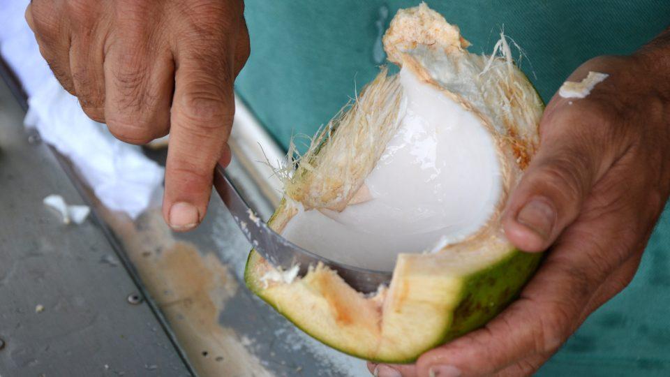 K vyloupnutí tvrdší dužniny ze skořápky je potřeba zahnutý nůž