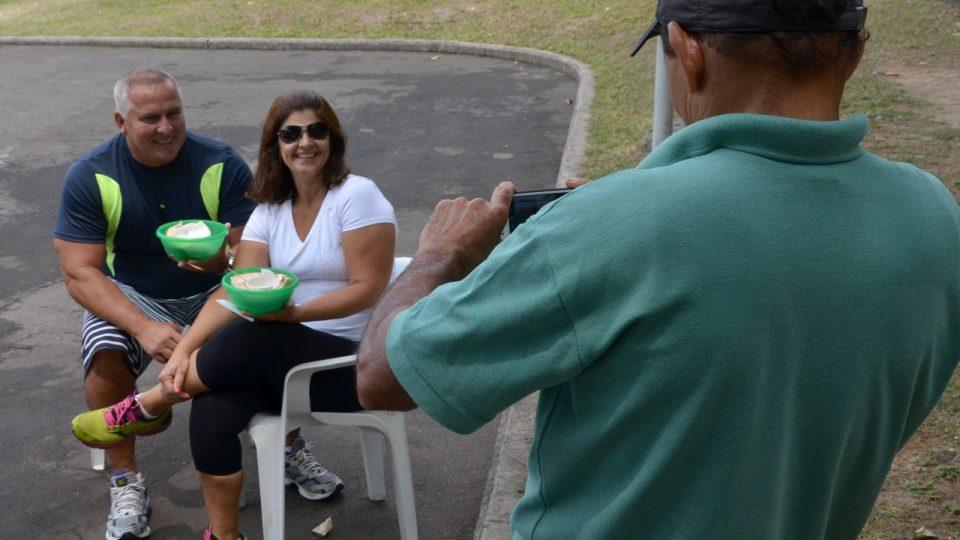 Kromě prodávání kokosů zvládně Luciano i další doplňkové práce - například vyfotit své věrné zákazníky na jejich mobil