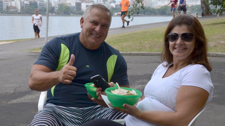 Kokosovou šťávu a takzvané maso (povlak ze skořápky) milují lidé, kteří přišli k laguně sportovat