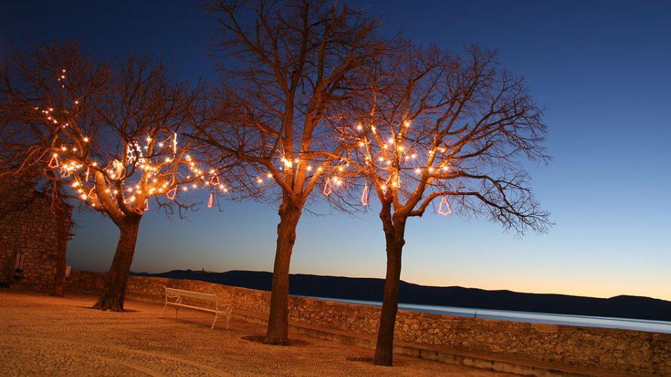 Vánoční výzdoba stromů u chorvatského moře