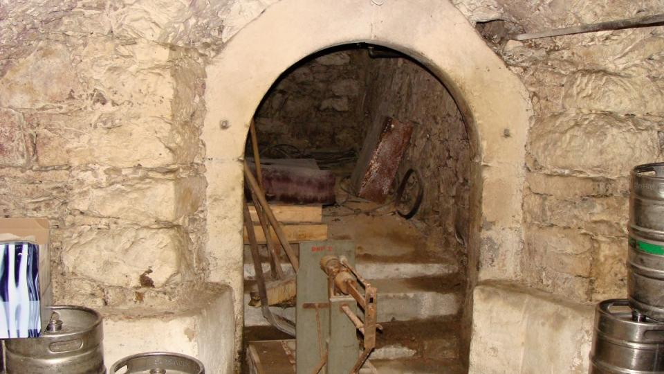 Sklep s kamenným portálem
