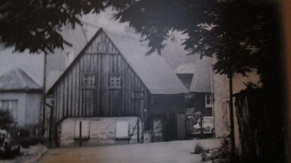 Historická fotka roubenky, ve které byl frýdlantský betlém ukrytý již v minulosti