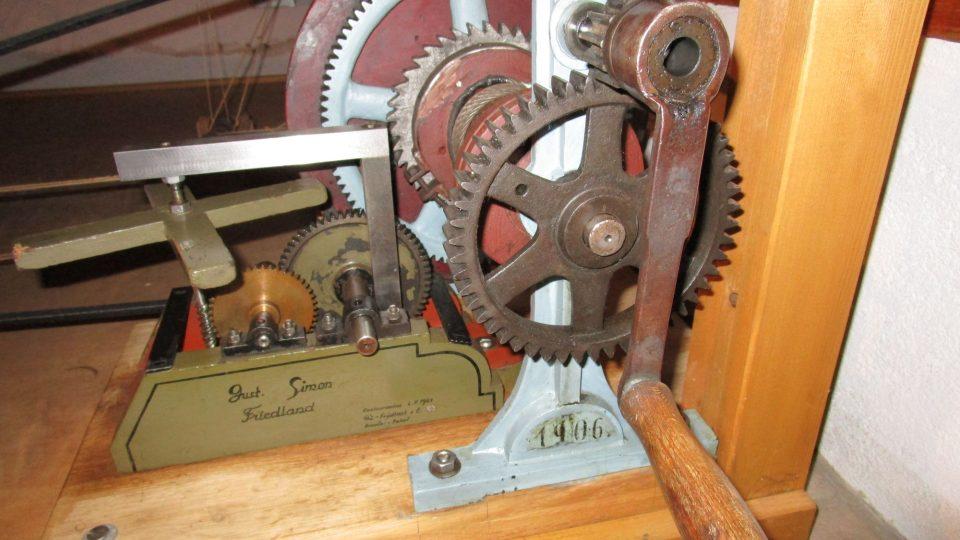 Unikátní původní mechanika na principu hodinového stroje, která s pomocí lidské síly umí betlém rozpohybovat