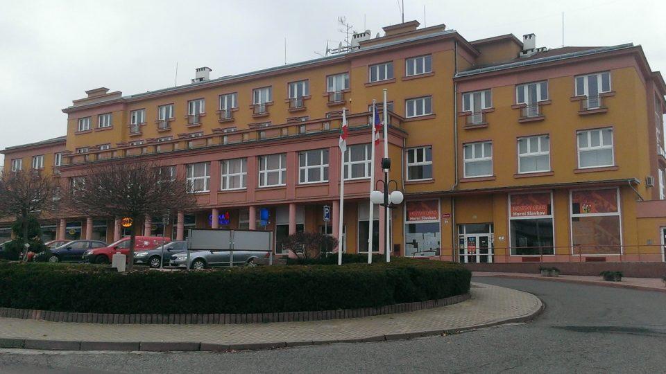 Každodenní tep života v Horním Slavkově se odehrává i v budově, ve kterém sídlí také místní městský úřad. Zajímavostí je, že budova byla vybudována, stejně jako místní sídliště, v padesátých letech, a to ve stylu socialistického realismu