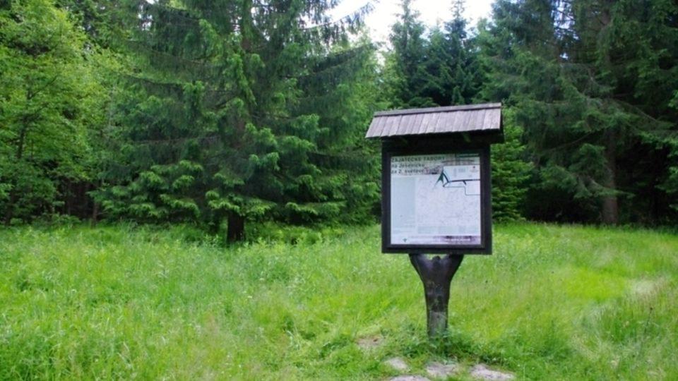 Místo kde stával tábor je dnes označeno informační tabulí