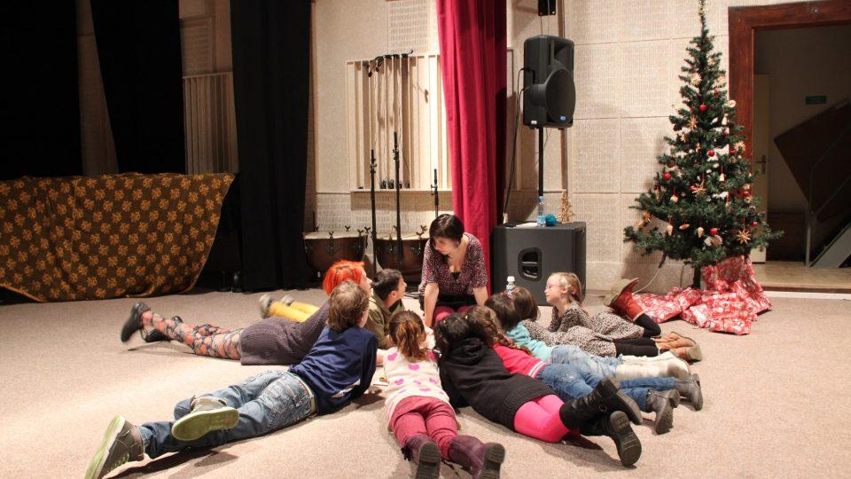 Děti z Azylového domu při předvánočním odpoledni s herečkami Divadla na cucky