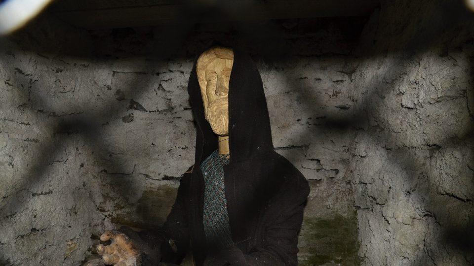 Současná socha poustevníka Ivana ve skále