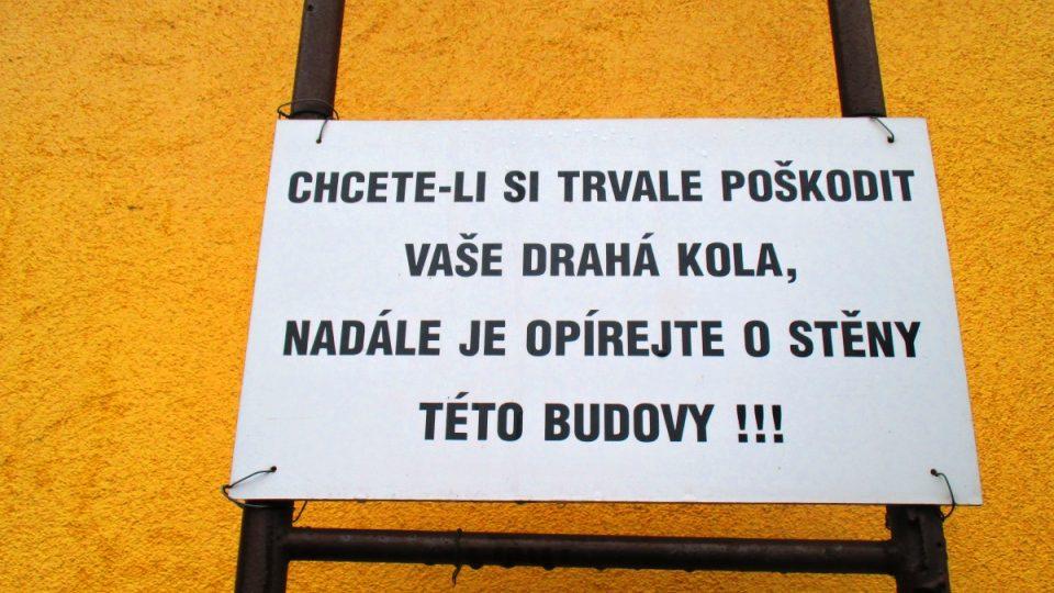 Zdvořilý nápis na stěně obecního úřadu