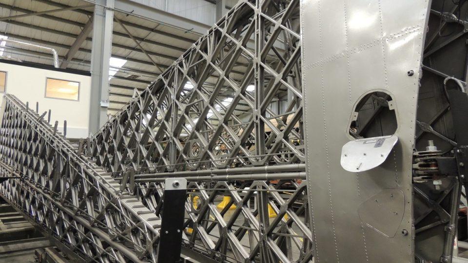 Nově zrestaurovaná a nabarvená křídla stroje